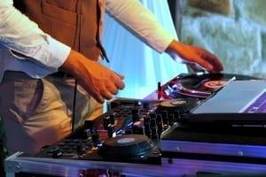 DJ pinchando con el sonido del disco de vinilo
