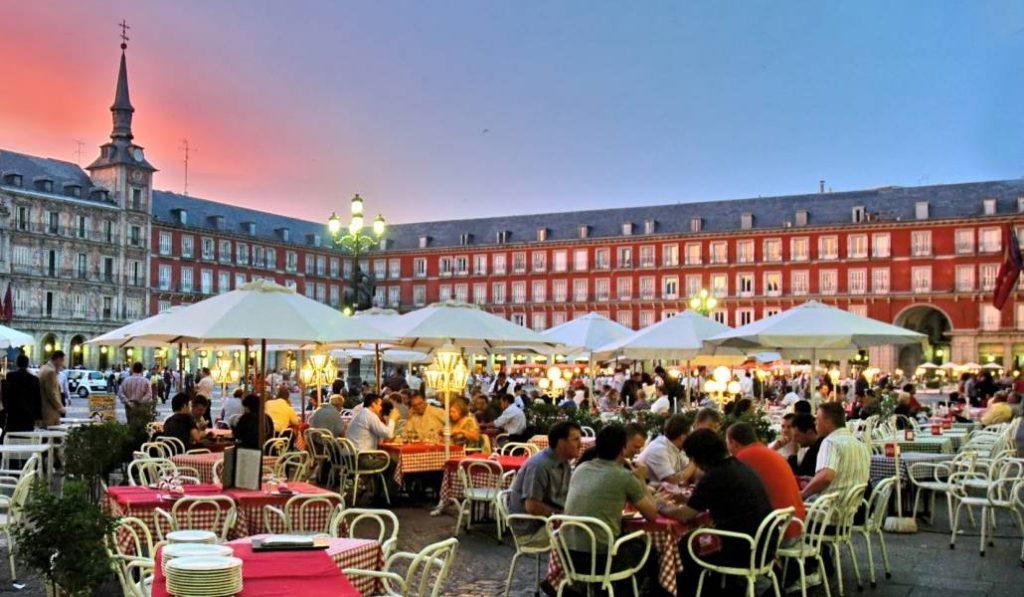 La nueva normalidad: tardaremos mucho tiempo en recuperar esta imagen de la Plaza Mayor en Madrid.